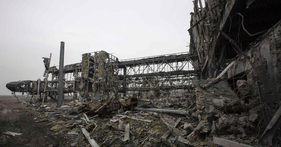 Destroços de veículos blindados do Exército ucraniano destruídos em batalhas contra forças separatistas da autoproclamada República Popular de Donetsk são abandonados do lado de fora de um terminal no aeroporto de Donetsk, na Ucrânia