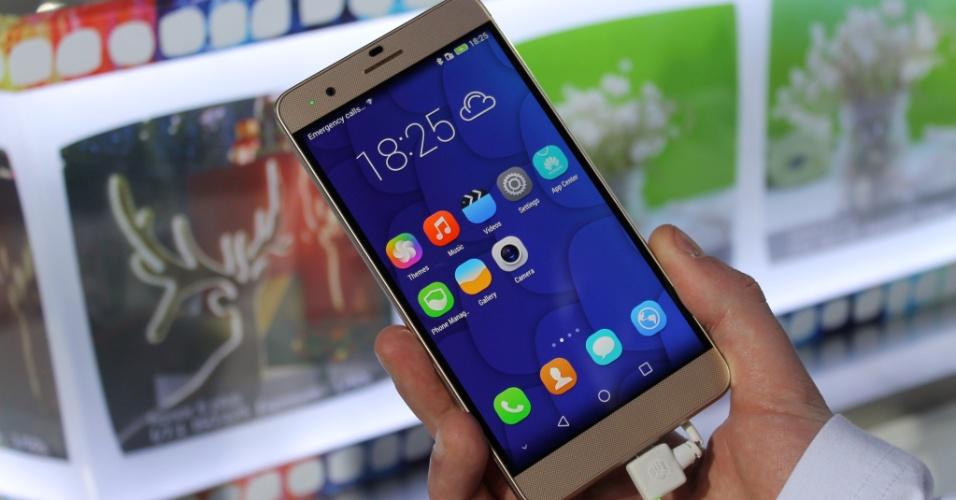 HUAWEI HONOR 6 PLUS: o dispositivo tem ao todo três câmeras, sendo duas de 8 megapixels na parte de trás e uma na parte da frente com a mesma resolução. Com esse conjunto, ele consegue, por exemplo, captar fotos e depois ajustar o foco. O smartphone tem processador octa-core de 1,8 GHz, tela de 5,5 polegadas, 3 GB de memória RAM, 32 GB de armazenamento e suporte a dois chips de telefonia. O aparelho é vendido na China por cerca de US$ 400 (aproximadamente R$ 1.170)