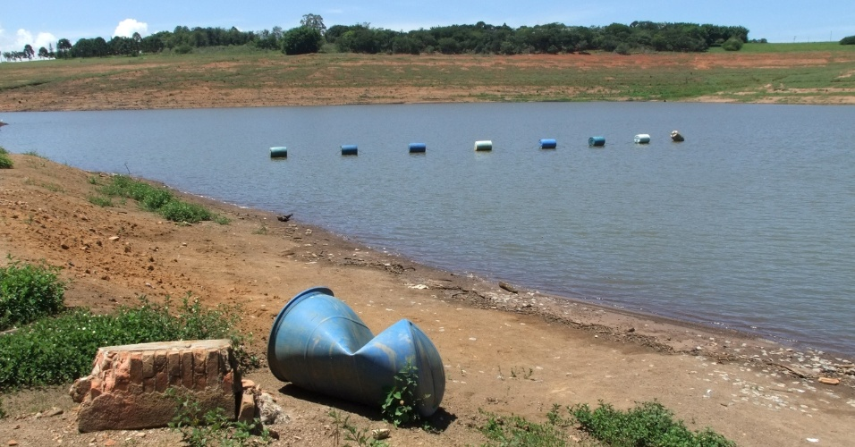 2.mar.2015 - Tonel é visto em área antes alagada da represa Jaguari-Jacareí, em Bragança Paulista (SP), uma das integrantes do sistema Cantareira. A queda no nível dos reservatórios revelou lixo em vários pontos das águas usadas para abastecimento no Estado