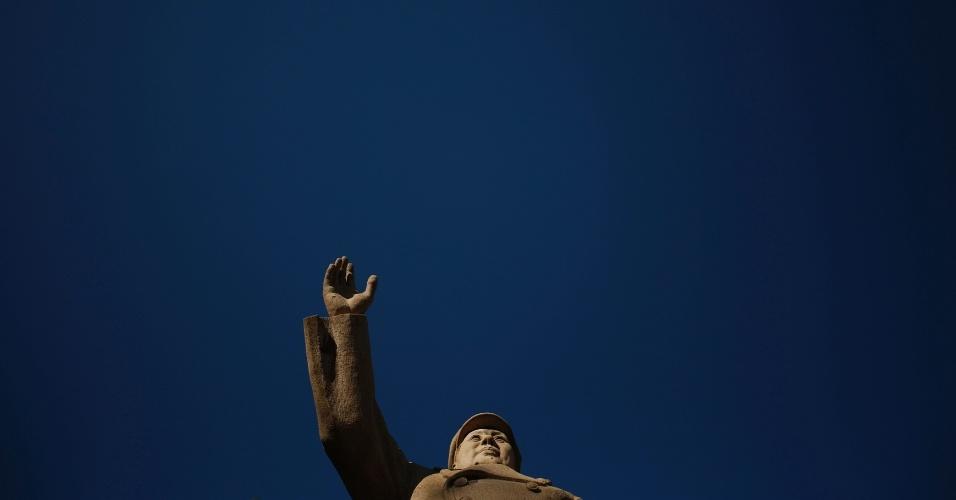 4.mar.2015 - Estátua de Mao Tse-tung em 14 de novembro de 2014, um dia ensolarado em Pequim