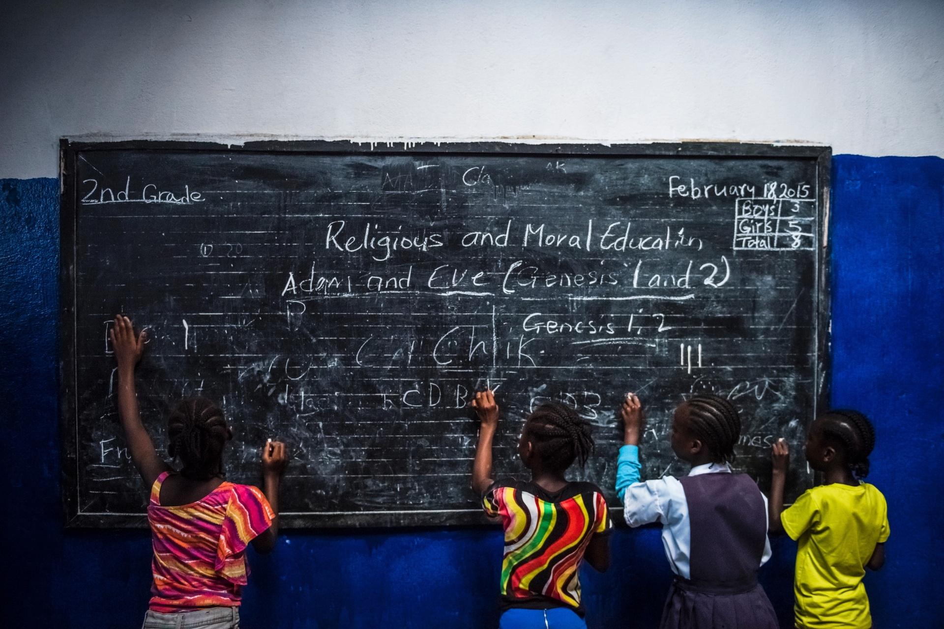 4.mar.2015 -Alunos do segundo ano do ensino fundamental aproveitam o tempo livre após um professor faltar pelo terceiro dia seguido, na escola C.D.B. King, em Monrovia, na Liberia