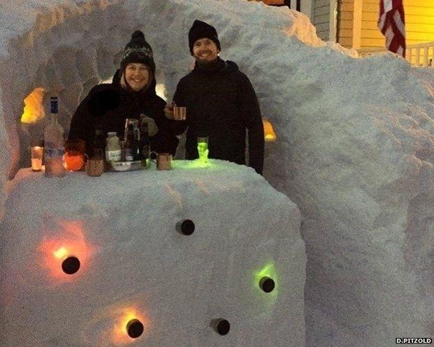 4.mar.2015 - 2. Construindo um bar. Após passar três manhãs retirando a neve do jardim, Chris Haynes decidiu tentar algo diferente quando a quarta nevasca seguida atingiu a cidade. Ele tirou um dia de folga do trabalho e usou a neve para fazer um bar - completo, com iluminação e tudo mais - e chamou os amigos e vizinhos para uns drinques. O bar foi uma surpresa para sua mulher, Kristy Nardone. 'Quando cheguei do trabalho, tínhamos um bar de neve', ela disse ao jornal The Boston Globe.