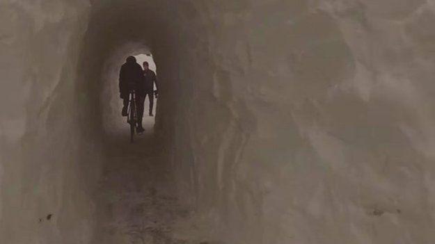 4.mar.2015 - 4. Construindo um túnel e pedalando através dele. Quando o ciclista Ari Goldberger viu uma enorme montanha de neve em sua ciclovia favorita, ele e sua amiga Shadron Davis decidiram que a situação não poderia ficar impune