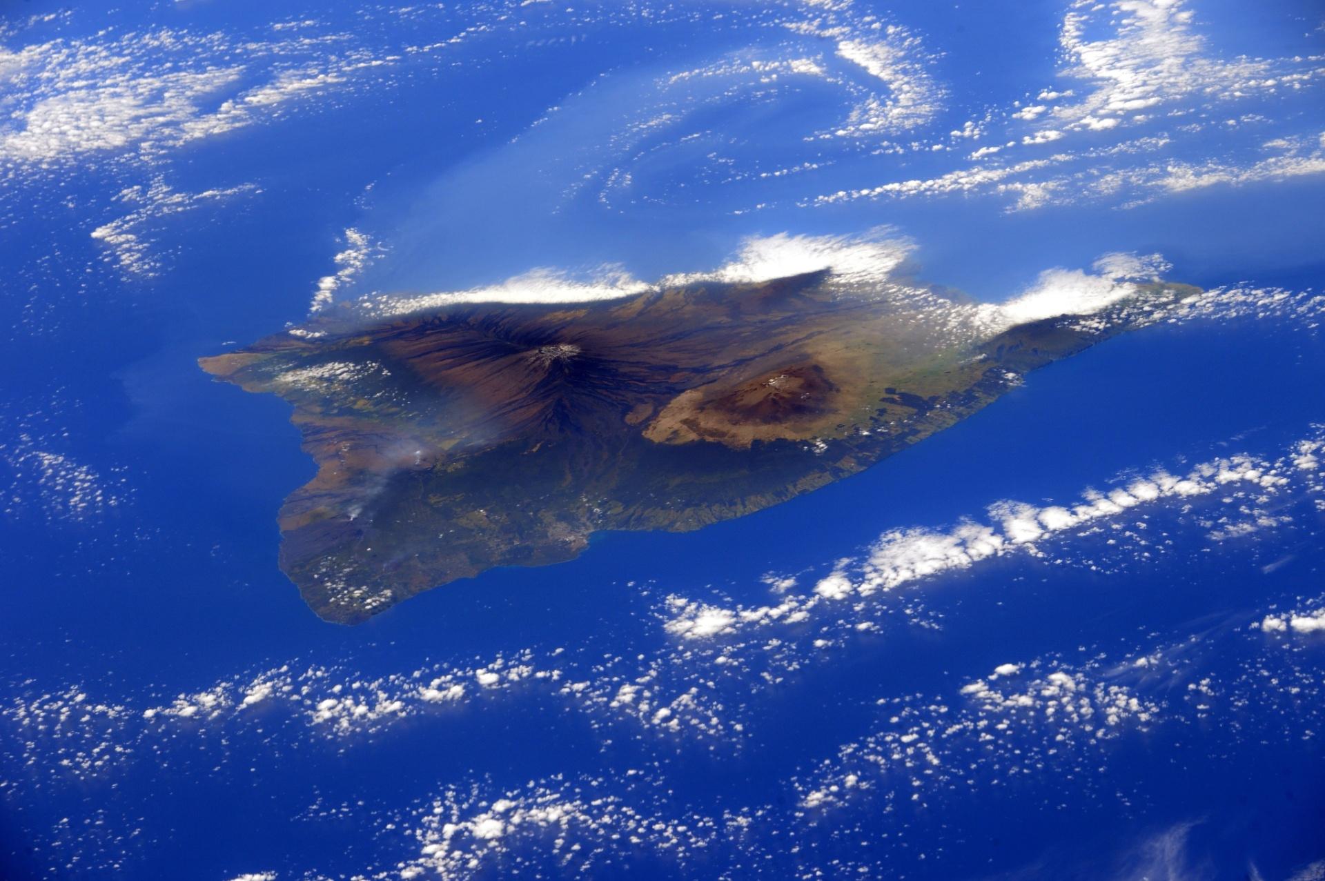 4.MAR.2015 - A astronauta italiana Samantha Cristoforetti tirou esta foto da ilha do Havaí, à bordo da Estação Espacial Internacional (ISS, na sigla em inglês). Ela publicou a imagem em sua conta no Twitter junto com a mensagem: