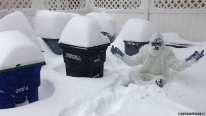 4.mar.2015 - Em fevereiro, a cidade de Boston, nos Estados Unidos, registrou uma queda recorde de neve. As ruas chegaram a ficar cobertas por uma camada de 1,64 m de flocos de gelo. A situação sem precedentes levou a uma série de atitudes também sem precedentes. Confira dez coisas estranhas que os moradores da cidade estão fazendo