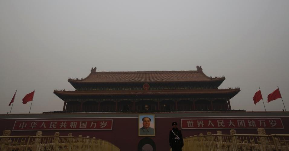 4.mar.2015 - Entrada da Cidade Proibida, na praça da Paz Celestial (Tiananmen) em dia poluído (15.jan.2015), em Pequim