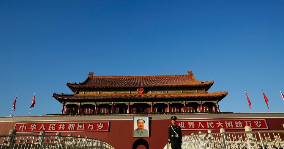 4.mar.2015 - Entrada da Cidade Proibida, na praça da Paz Celestial (Tiananmen) em um dia ensolarado (17.nov.2014), em Pequim