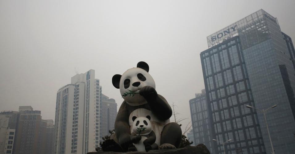 4.mar.2015 - Estátua de pandas em Pequim em dia poluído (14.jan.2015)