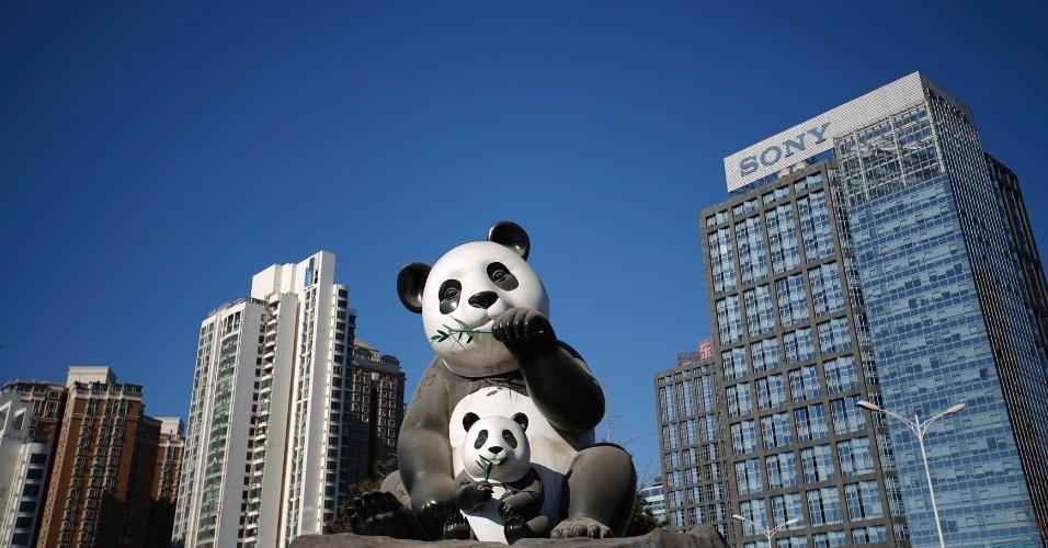 4.mar.2015 - Estátua de pandas em um dia ensolarado em Pequim (17.nov.2014)