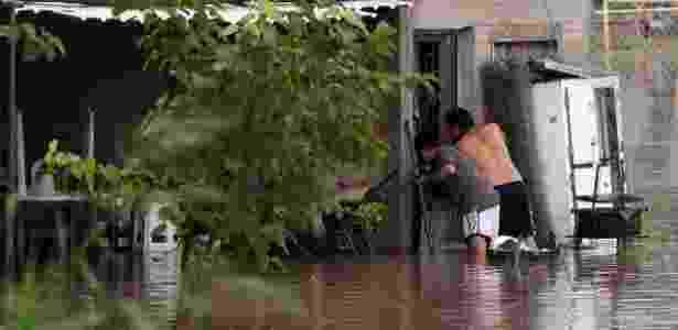 4.mar.2015 - Moradores tiram pertences de casa inundada em Santiago del Estero - Emilio Rapetti/Telam/Xinhua
