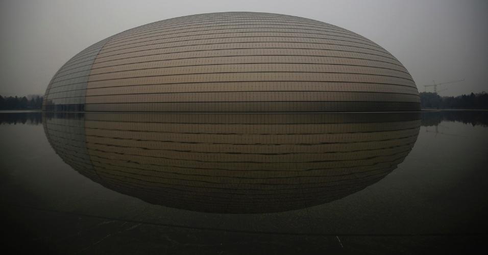 """4.mar.2015 - O Grande Teatro Nacional, apelidado de """"O Ovo"""", em um dia poluído (19.nov.2014), em Pequim"""