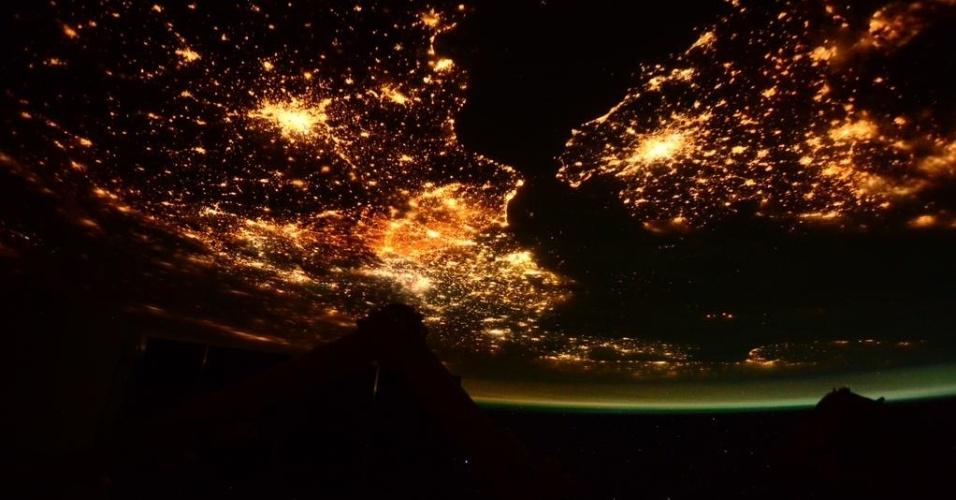 5.mar.2015 - A astronauta italiana Sam Cristoforetti, que está em missão a bordo da Estação Espacial Internacional (ISS, na sigla em inglês), fotografou o Canal da Mancha, que separa as ilhas britânicas do continente europeu, entre a Inglaterra e a França. A noite surge na imagem com intensa luminosidade em ambos os lados do canal. A foto, publicada no perfil de Sam no Twitter nesta quarta-feira (4), foi feita em janeiro, segundo a astronauta