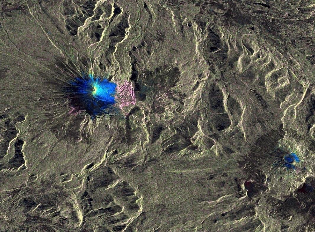 5.mar.2015 - Imagem de satélite divulgada pela Agência Espacial Europeia mostra as mudanças na superfície ocorridas após a erupção do vulcão Villarrica, no sul do Chile. A partir de registros feitos pelo satélite Sentinel-1A em 20 de fevereiro e 4 de março, a agência produziu essa imagem que mostra as alterações provocadas pela erupção ocorrida no início do dia 3 de março. Milhares de pessoas tiveram de deixar suas casas, após o vulcão entrar em erupção pela primeira vez em 15 anos