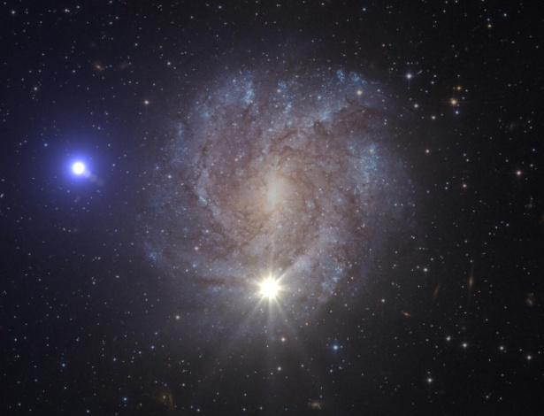 Impressão artística da fase de transferência de massa seguida de uma supernova de dupla detonação que leva à ejeção da US 708. Enquanto a ilustração mostra a supernova (abaixo, no centro) e a estrela ejetada (à esquerda) ao mesmo tempo, na realidade a supernova já teria desaparecido muito antes da estrela alcançar essa posição