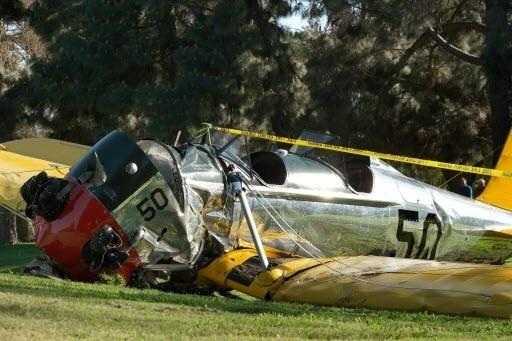 5.mar.2015 - O ator Harrison Ford sofreu nesta quinta-feira um acidente de avião, quando a aeronave em que pilotava caiu em um campo de golfe em Venice. Ford, 72, foi levado para um hospital de Los Angeles para tratamento. Os bombeiros disseram que havia um único ocupante no pequeno avião que caiu