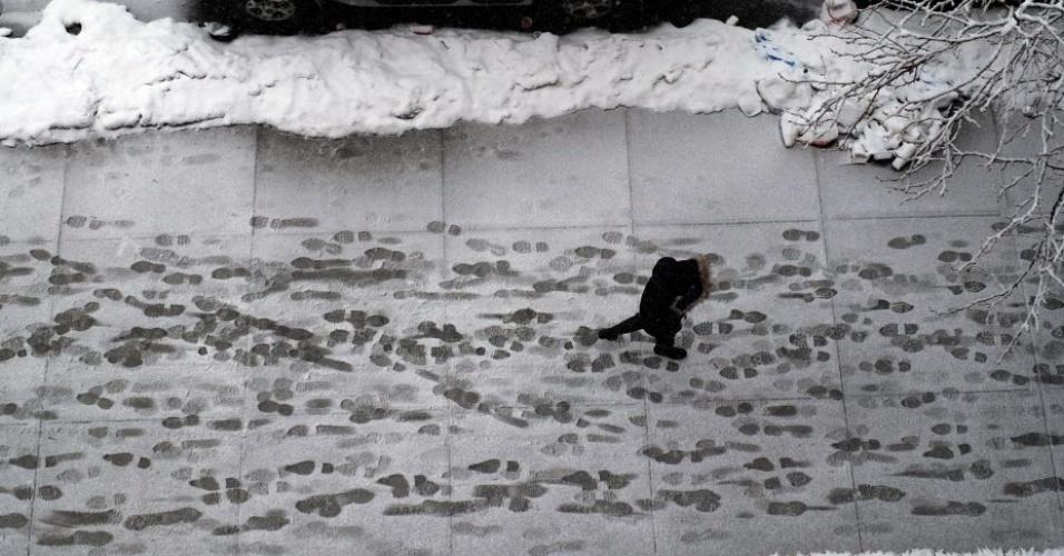 5.mar.2015 - Pegadas são deixadas em calçada coberta de neve em Nova York. Uma grande tempestade de inverno atingiu diversas regiões dos EUA, cancelando milhares de voos e obrigando escritórios e serviços a fecharem as portas mais cedo