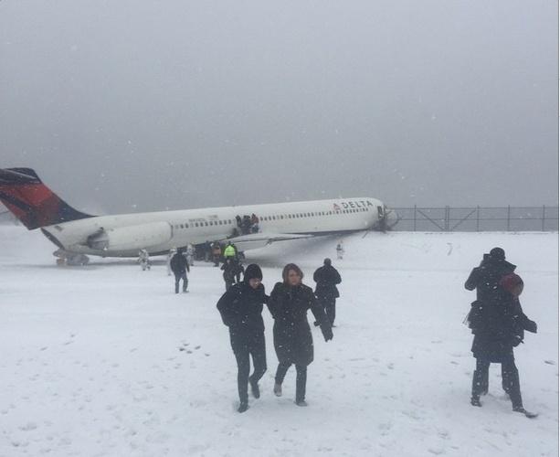 5.mar.2015 - Um avião da companhia aérea Delta saiu da pista no aeroporto de LaGuardia, em Nova York (EUA), durante o pouso, em meio a uma forte nevasca. O voo ia de Atlanta para Nova York
