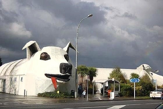 Centro de informações turísticas em forma de cachorro em Tirau, na Nova Zelândia