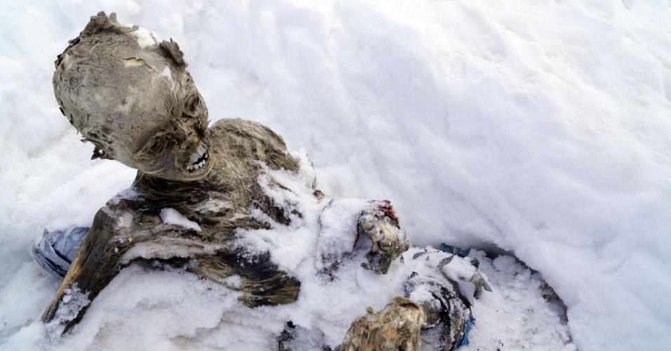 6.mar.2015 - Foto divulgada nesta sexta-feira (6) pelas autoridades de Chalchicomula, no Estado mexicano de Puebla, registra o corpo mumificado de um homem no cume do Pico de Orizaba. Dois corpos foram encontrados. Pela posição, a equipe de resgate acredita que eles morreram abraçados. O Grupo de Resgate Delta do município de Chalchicomula de Sesma, afirmou que os alpinistas Hilario Aguilar e Francisco Rodríguez chegaram ao local onde foram descobertas as múmimas para ajudar na recuperação e identificação dos corpos