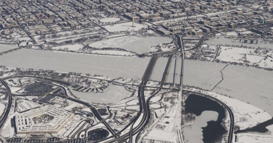 6.mar.2015 - Fotografia aérea mostra a neve que cobre o Memorial Lincoln, o Capitólio, a Casa Branca e o Pentágono, em Washington (EUA). A costa leste dos Estados Unidos está enfrentando uma nova nevasca que já provocou problemas nos deslocamentos rodoviários e aéreos