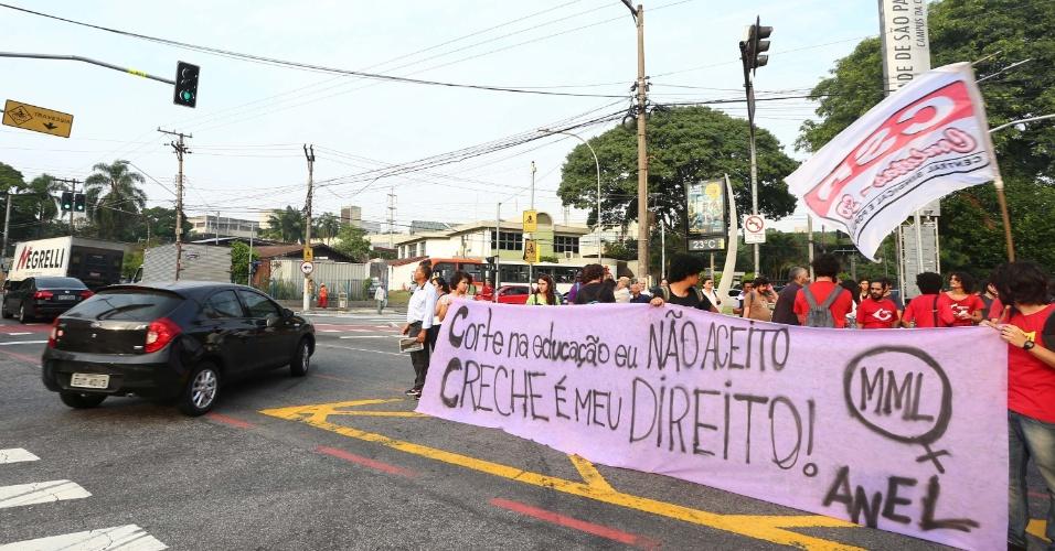 6.mar.2015 - Funcionários e estudantes protestam na USP (Universidade de São Paulo), no Butantã, zona oeste de São Paulo, na manhã desta sexta-feira (6), contra as medidas de ajuste fiscal do governo federal, aumento dos preços dos alimentos, falta de água e a corrupção