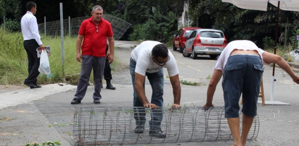 Operários reforçam as barreiras no parque Augusta, em São Paulo (SP), na manhã desta sexta-feira