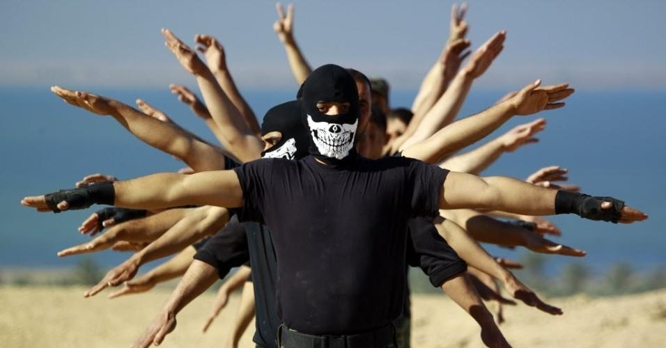 7.mar.2015 - Combatentes da brigada iraquiana Iman Ali participam de treinamento na cidade de Najaf, no Iraque. Cerca de 30 mil integrantes de forças de segurança iraquianas e de tropas aliadas participam de operação militar em Tikrit, em tentativa de retomar a cidade iraquiana do poder do Estado Islâmico. Trata-se da maior ofensiva desde que Tikrit foi tomada pela milícia radical islâmica