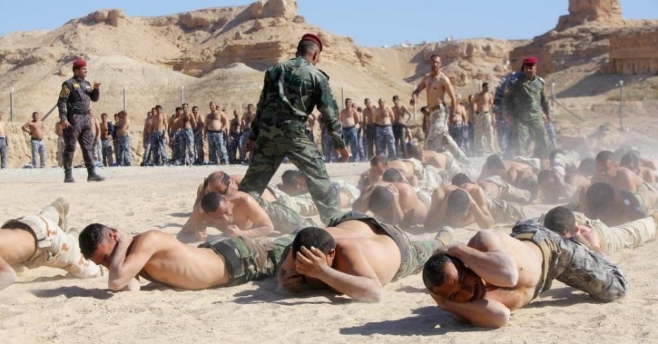 7.mar.2015 - Combatentes xiitas, que entraram no Exército iraquiano para lutar contra o Estado Islâmico, participam de treinamento militar no deserto de Najaf, ao sul de Bagdá. Cerca de 30 mil integrantes de forças de segurança iraquianas e de tropas aliadas participam de operação militar em Tikrit, em tentativa de retomar a cidade iraquiana do poder do Estado Islâmico. Trata-se da maior ofensiva desde que Tikrit foi tomada pela milícia radical islâmica
