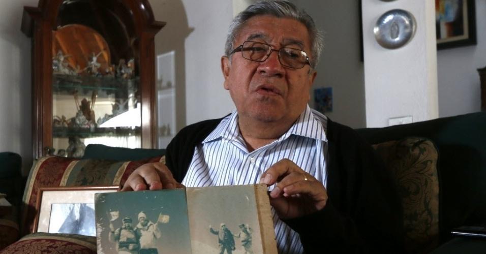 7.mar.2015 - O alpinista mexicano Luis Espinosa Ruiz mostra fotografias de 1959, quando ele escalou o pico de Orizaba com amigos alpinistas. No dia de seu aniversário, o veterano montanhista, que vive na cidade de Puebla, no México, recebeu um presente inesperado: o homem encontrado mumificado no Orizaba pode ser seu amigo, desaparecido em incursão no pico vulcânico, por quem ele procurou por 55 anos. Espinosa Ruiz é um dos três sobreviventes de uma avalanche de neve que soterrou quatro de sete alpinistas que tentavam chegar à cratera do vulcão localizado entre os estados de Puebla e Veracruz