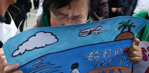 Mãe de um dos passageiros do voo MH370 da Malaysia Airlines chora durante reunião de membros das famílias dos desaparecidos - Kim Kyung-Hoon/Reuters