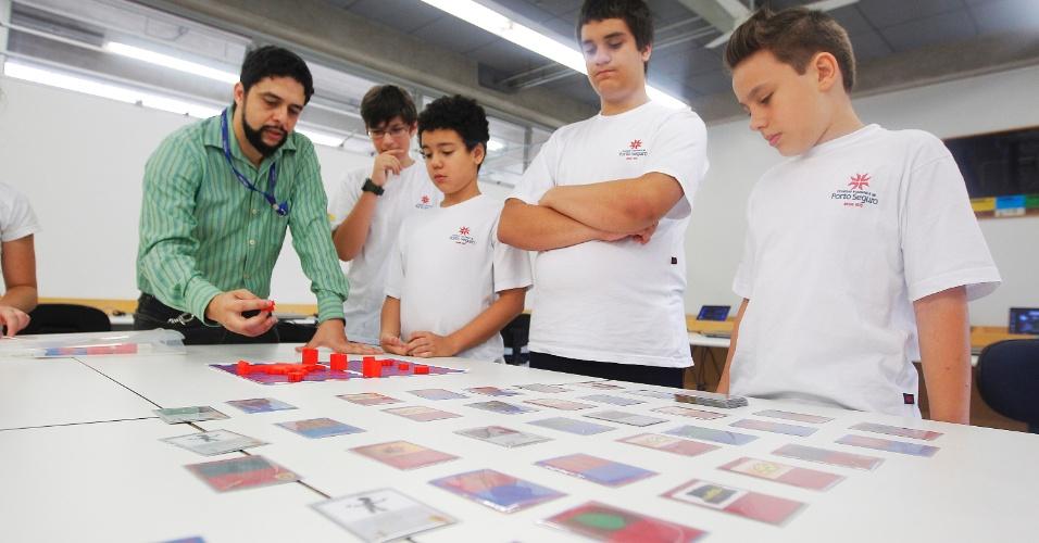Alunos do colegio Visconde de Porto Seguro no Panamby usam o game Minecraft para desenvolver habilidades
