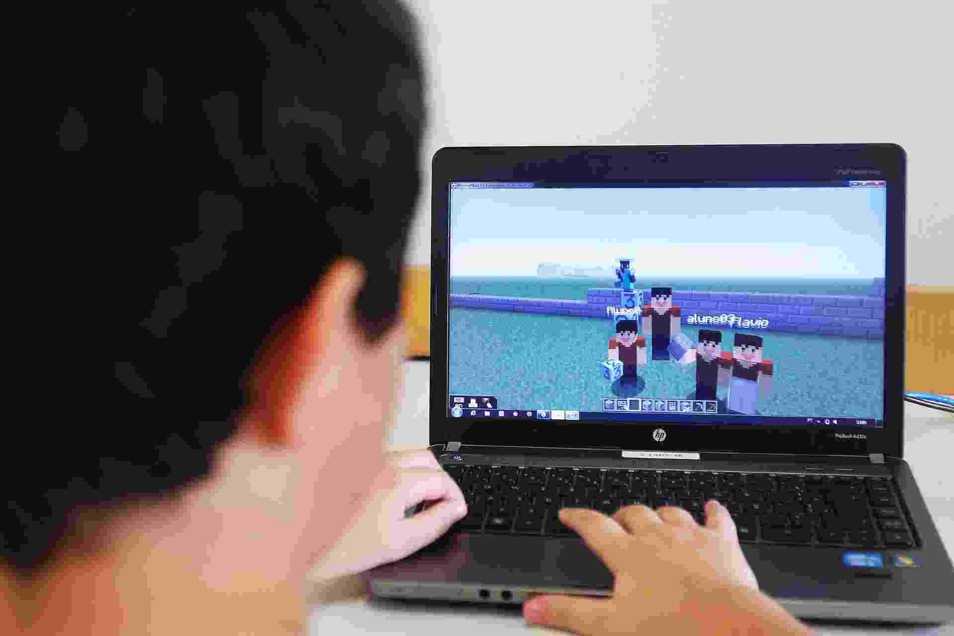 Alunos do colegio Visconde de Porto Seguro no Panamby usam o game Minecraft para desenvolver habilidades - Reinado Canato/UOL