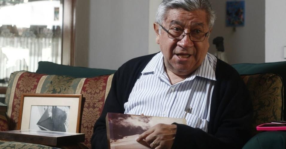 O alpinista mexicano Luis Espinosa Ruiz mostra fotografias de 1959, quando ele escalou o pico de Orizaba com amigos alpinistas. No dia de seu aniversário, o veterano montanhista, que vive na cidade de Puebla, no México, recebeu um presente inesperado: o homem encontrado mumificado no Orizaba pode ser seu amigo, desaparecido em incursão no pico vulcânico, por quem ele procurou por 55 anos. Espinosa Ruiz é um dos três sobreviventes de uma avalanche de neve que soterrou quatro de sete alpinistas que tentavam chegar à cratera do vulcão localizado entre os estados de Puebla e Veracruz