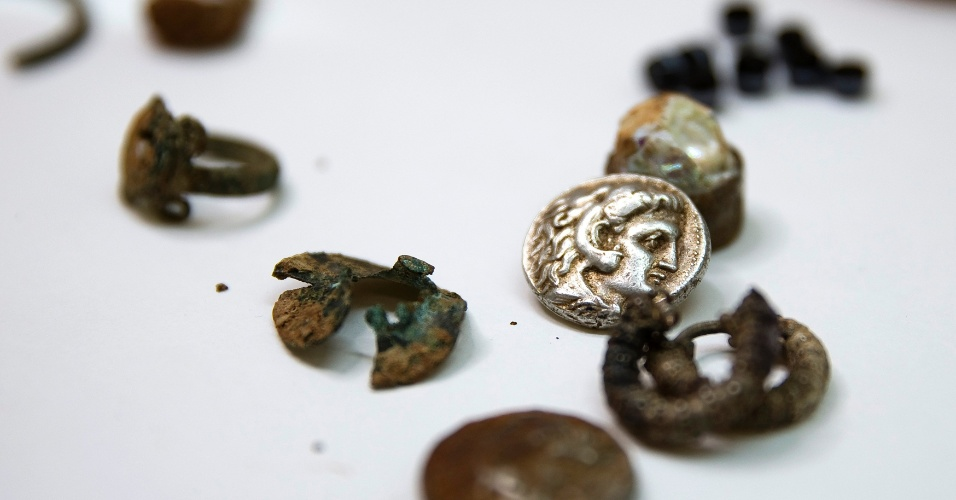 9.mar.2015 - Exploradores de cavernas em Israel descobriram um pequeno tesouro de moedas e joias desde a época de Alexandre, o Grande. A foto foi divulgada nesta segunda-feira (9). Os arqueólogos acreditam as peças foram escondidas por refugiados durante uma guerra há 2300 anos. Este é o primeiro tesouro período de Alexandre descoberto, informou um representante da Autoridade de Antiguidades de Israel Eitan Klein
