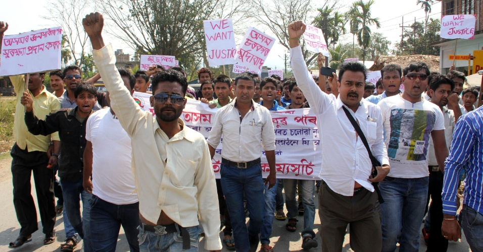 8.mar.2015 - Manifestantes protestam por justiça no caso da estudante de fisioterapia que morreu por conta de ferimentos decorrentes de um estupro coletivo, em Tinsukia (Índia)