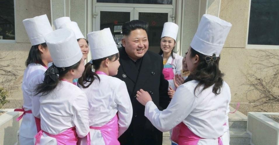 9.mar.2015 - Líder norte-coreano, Kim Jong-um sorri durante inspeção a Unidade 1016 do Exército Popular da Coreia. Kim foi homenageado durante a visita em Pyongyang, Coreia do Norte. A foto foi divulgada nesta segunda-feira (9) pela agência de notícias KCNA