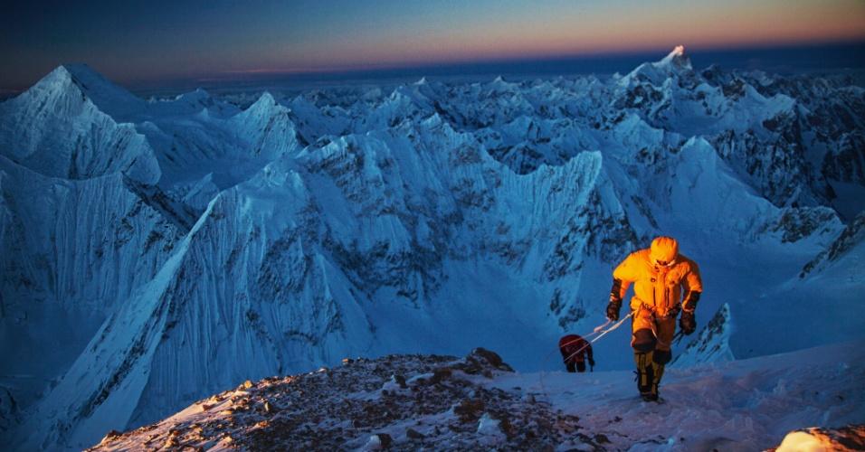 9.mar.2015 - O fotógrafo e alpinista Cory Richards tirou esta foto de Simone Moro e Denis Urubko durante o pôr-do-sol no pico do Gasherbrum 2º. Durante a escalada na qual Richards se tornou o primeiro norte-americano a escalar a montanha de 8.000 metros de altura durante o inverno, na Cordilheira de Karakoram, no Paquistão