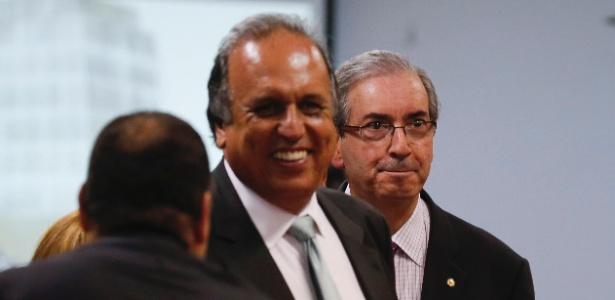 O presidente da Câmara dos Deputados, Eduardo Cunha (PMDB-RJ), chega a almoço promovido pela Associação Comercial do Rio de Janeiro, ao lado do governador do Rio de Janeiro, Luiz Fernando Pezão (PMDB-RJ) - Alexandre Cassiano/Ag. O Globo