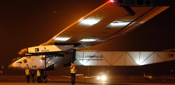 """Integrante da equipe de solo segura um protetor de vento da aeronave """"Solar Impulse 2"""", avião que está fazendo uma volta ao mundo utilizando somente energia solar - Amit Dave/Reuters"""