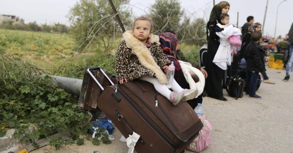 10.mar.2015 - Menina palestina espera com sua família por uma autorização de viagem para atravessar para o Egito, pela passagem de Rafah, localizada na fronteira com a faixa de Gaza. As autoridades egípcias abriram a fronteira em 9 de março depois de tê-la  fechado em outubro do ano passado, por razões de segurança
