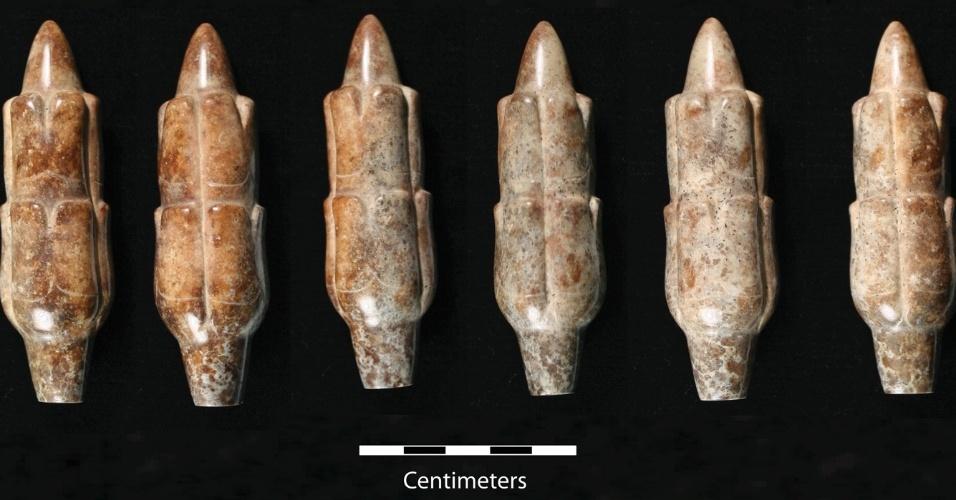 10.mar.2015 - Pesquisadores do departamento de antropologia da Universidade do Estado da Califórnia encontraram um artefato misterioso em forma de sabugo de milho, que data para algo entre 900 a.C e 400 a.C. A peça,  feita de jadeite, um material que é mais duro do que o aço, foi encontrada na região de Arroyo Pesquero em Veracruz, México. Essa é a primeira descoberta do grupo de pesquisadores na região, coordenada por Carl Wendt