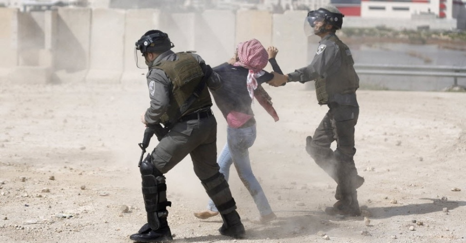 10.mar.2015 - Policiais da fronteira prendem jovem durante protesto pela libertação de estudantes palestinos que estão em prisões israelenses perto da cidade de Ramallah, na Cisjordânia