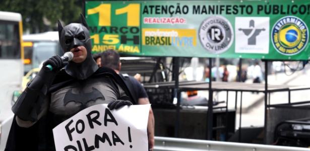 Caminhada promovida na quarta-feira, no Rio de Janeiro, como prévia das manifestações de domingo, reuniu menos de 50 pessoas em frente à sede da Petrobras - Fábio Motta/Estadão Conteúdo