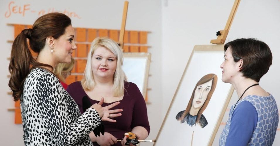 11.mar.2015 - Catherine, duquesa de Cambridge, fala com estudantes de arte na galeria Margate, no sul da Inglaterra