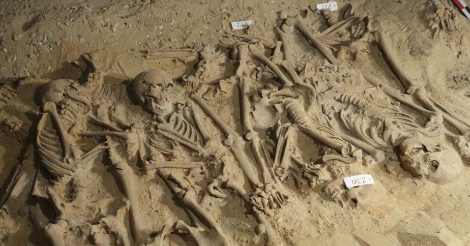 11.mar.2015 - Cerca de 150 esqueletos dos mais de 200 descobertos sob supermercado em Paris jpa foram desenterrados pelos pesquisadores