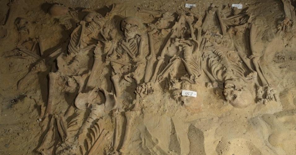 11.mar.2015 - Esqueletos fotografados em vala comum encontrada sob supermercado em Paris. Especialistas acreditam que os esqueletos encontrados sejam de vítimas de doença súbita, que se assemelhava a um surto de peste bubônica