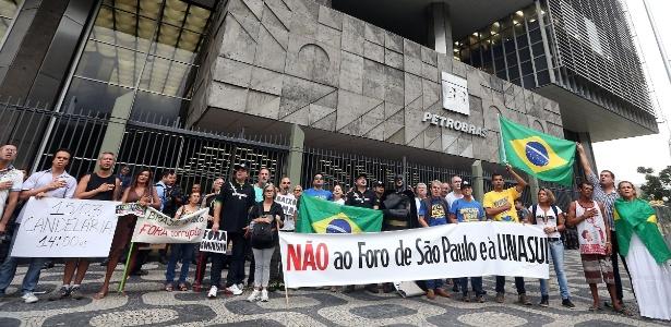 11.mar.2015 - Manifestantes protestam em frente ao prédio da Petrobras, no Rio