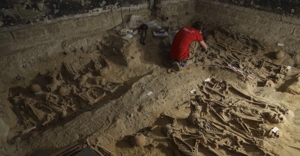 11.mar.2015 - O supermercado onde foram localizados mais de 200 esqueletos fica em local que abrigou o hospital Trindade, fundado no século 12 e destruído no final do século 18