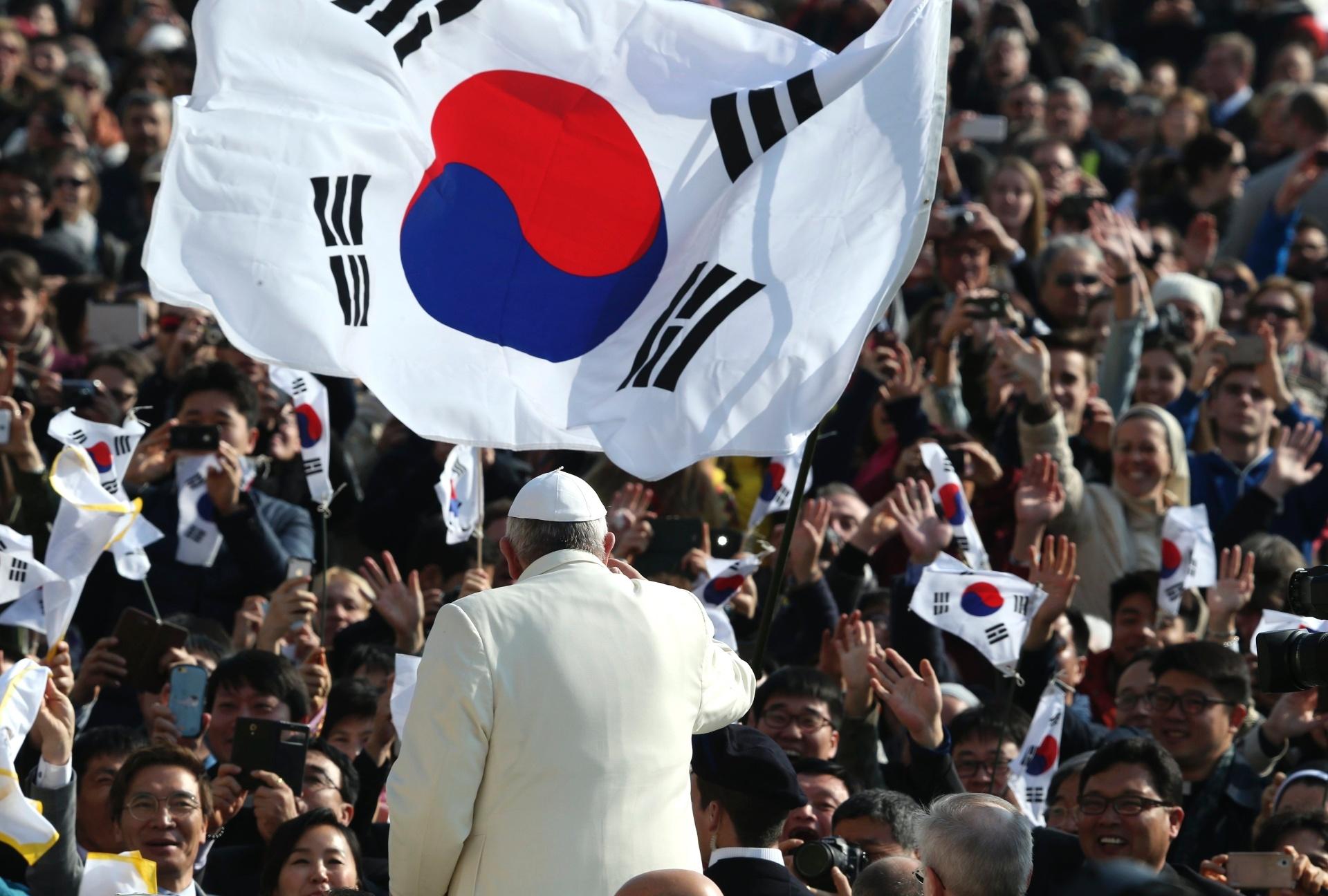 11.mar.2015 - Papa Francisco saúda fiéis sul-coreanos durante audiência geral na Praça São Pedro, no Vaticano