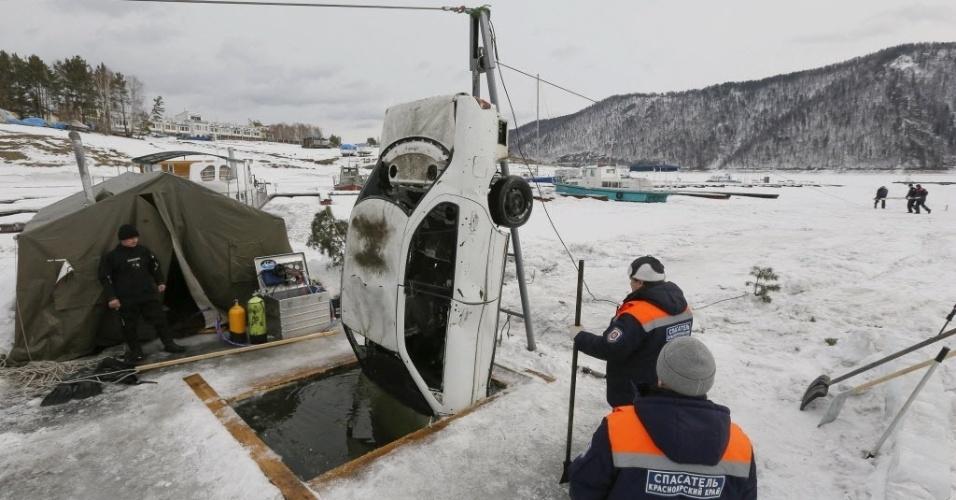 12.mar.2015 - Carro é retirado do rio Yenisei, fora da cidade siberiana de Krasnoyarsk, na Rússia. A própria equipe içou o veículo usando um sistema manual, já que a camada fina de gelo impede o uso de máquinas